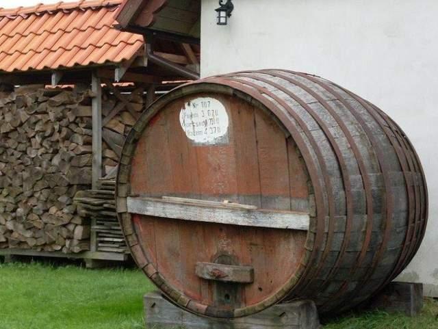 Beczki z czerwonym winem
